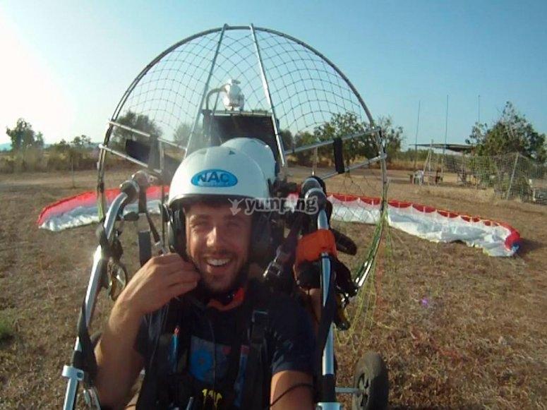 飞行前的动力伞动力伞