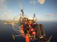 乘坐马略卡岛南部的动力伞飞行30分钟