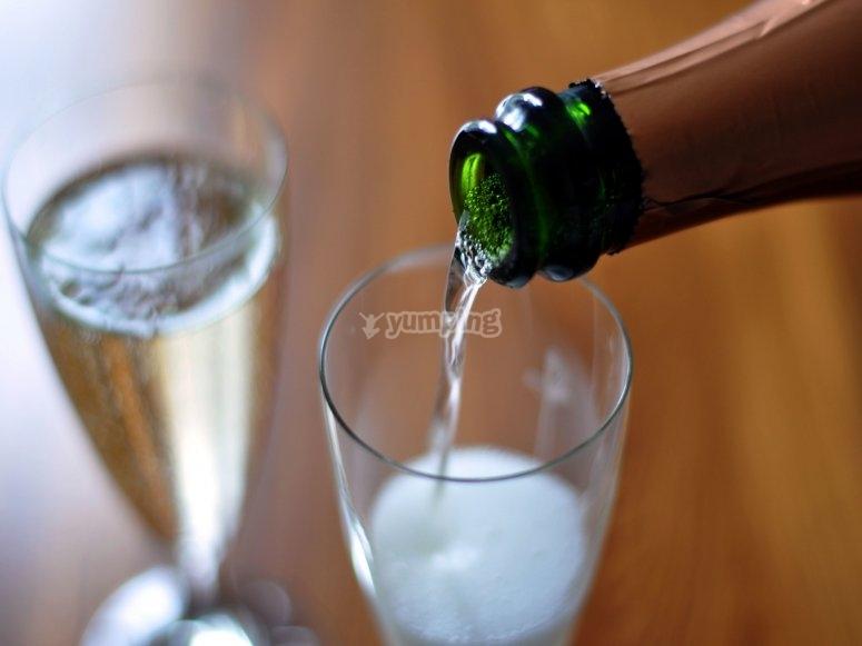 一杯卡瓦酒开始活动