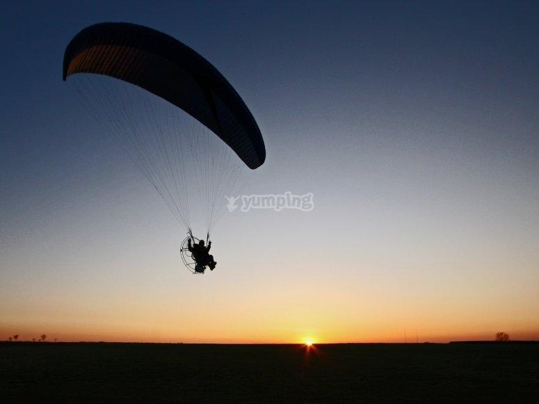 Volo dei paramotori al tramonto