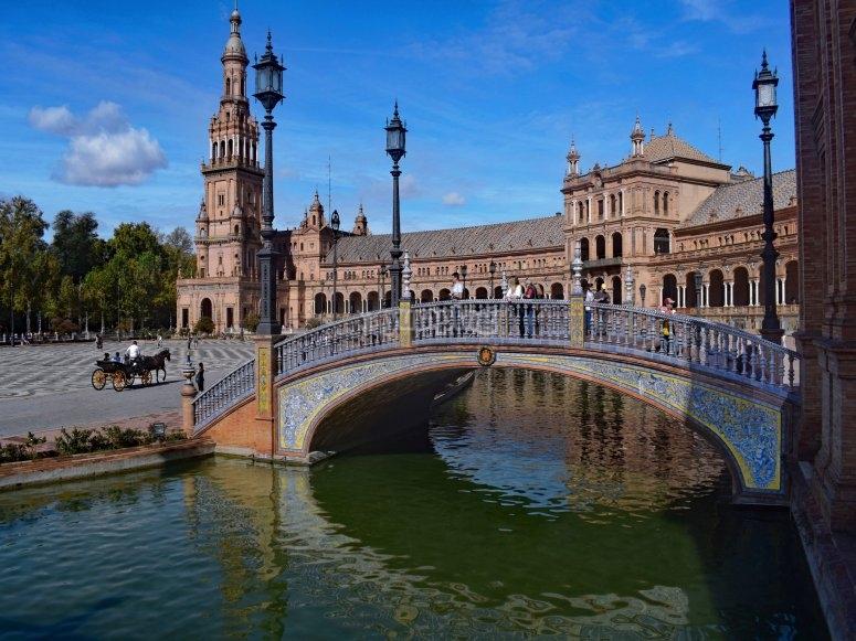 Puentes y torres en las plazas de Sevilla