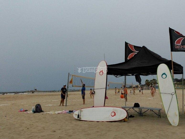 冲浪者在莱斯Botigues Castelldefels海滩冲浪板
