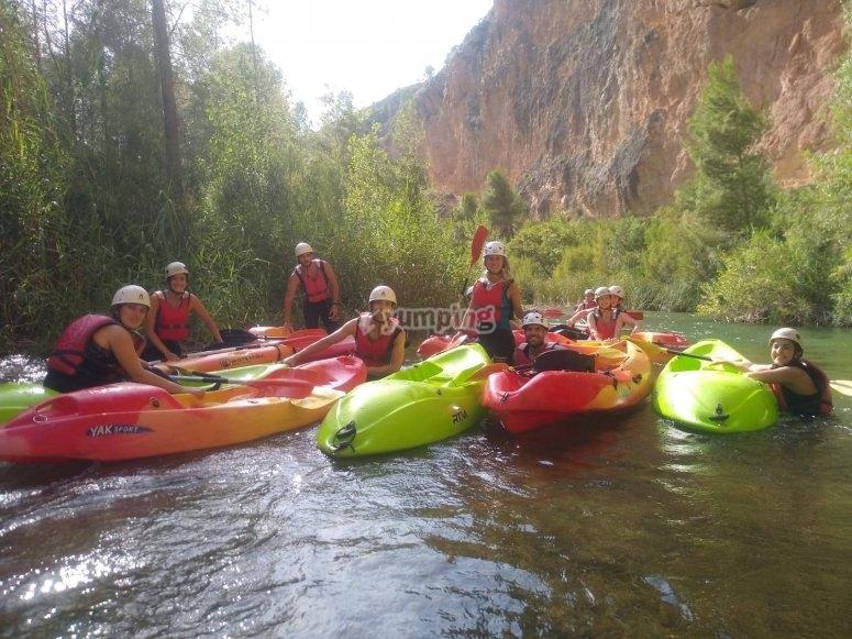 En la cascada con los kayaks