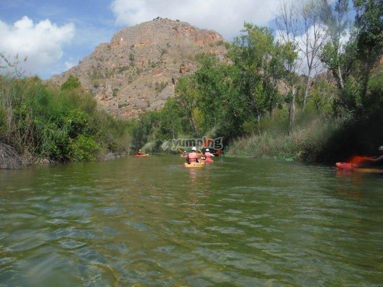 Kayaking hacia el cauce