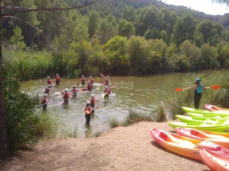 Pequeña clase de paleo previa a la ruta en kayak