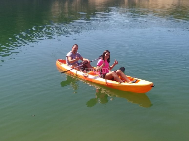 Paseo en kayak en pareja
