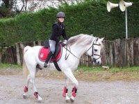 Chico montando a caballo con casco