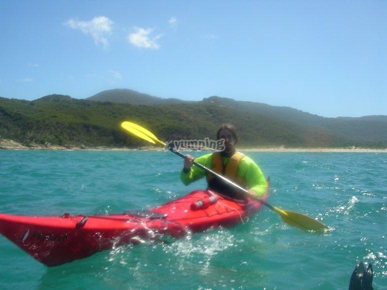 Chico equipado para navegar en kayak