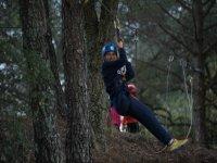 Salto en la tirolina del bosque