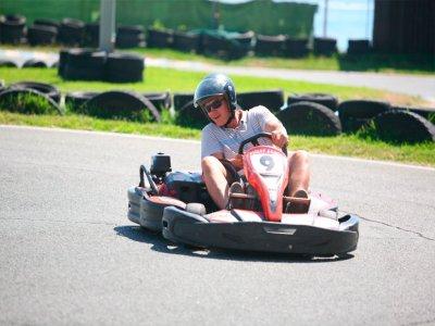 在马拉加为16岁以上的成年人开设卡丁车,参加2场比赛