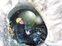 Tumbado卷起倒在装满水登山运动池狭窄瀑布