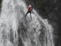 rappelling in cascata