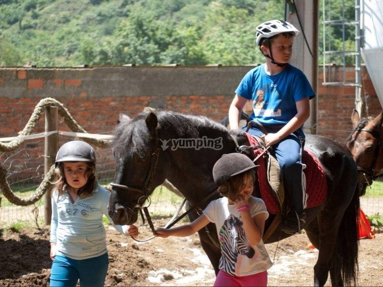 Peques从taking绳上骑马