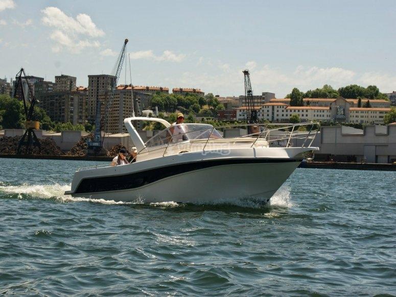 Conduciendo el barco en guipuzkoa