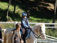 小女孩骑马