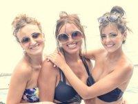 Chicas durante la fiesta en barco