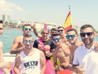 Chicos de despedida en el barco