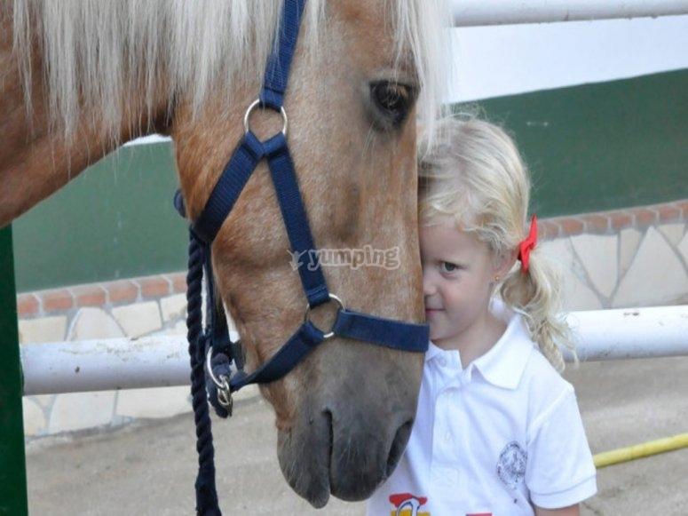 Ninos con caballos