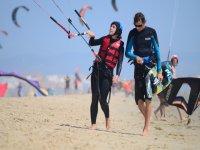 在塔里法风筝冲浪,两个人
