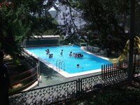 ninos banandose en la piscina con un tobogam