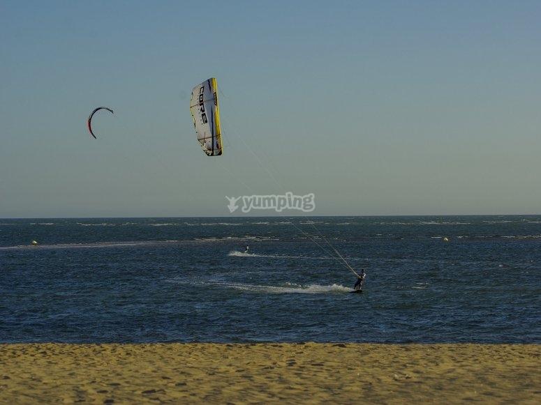 Usando el viento en Playa Isla Canela