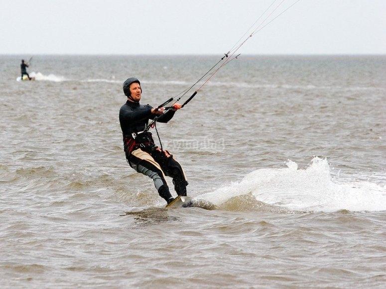 Disfruta de las aguas de Huelva con kitesurf