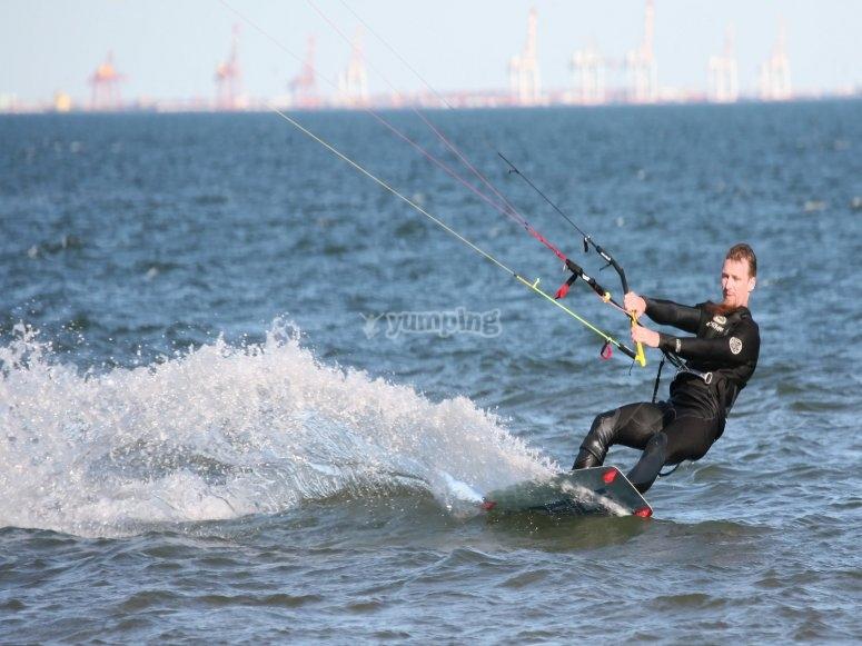 Las olas onubenses no se resisten haciendo kitesurf