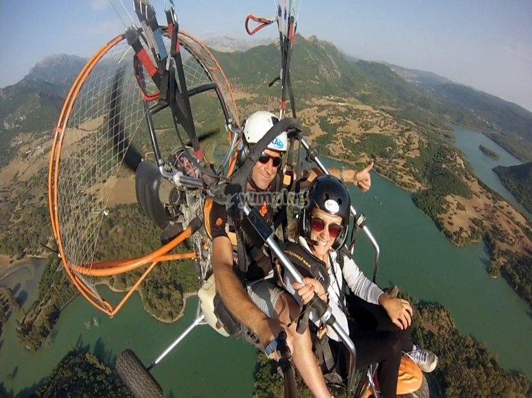 高空滑翔伞俯瞰塞拉山脉