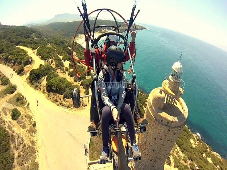 滑翔伞飞过灯塔