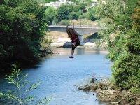 Descolgada sobre el rio