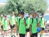 Chavales dirigiéndose al entrenamiento de fútbol