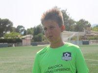Alumno del campamento en el campo de fútbol