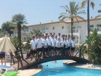 校园中的学生在游泳池旁