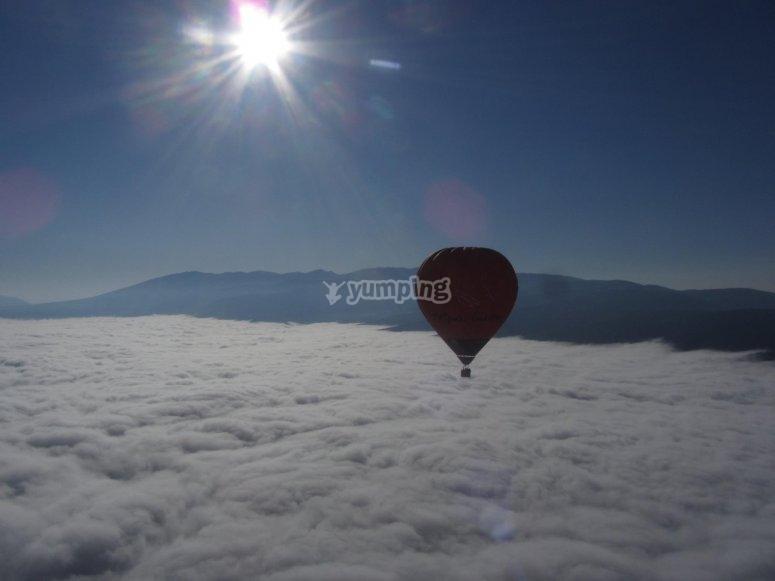 云层上的气球