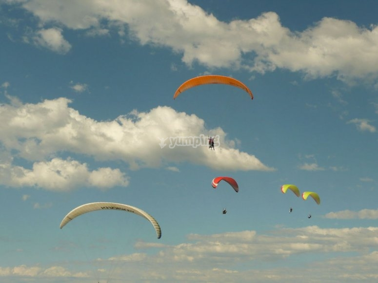 Volando en parapente en el cielo