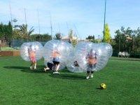 Chicos jugando al futbol burbuja