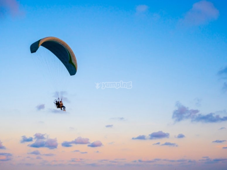 Disfrutando de un vuelo en parapente por Palencia