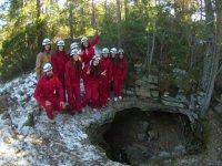 Amici all'ingresso della grotta