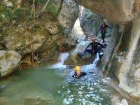 Pasando entre las rocas del rio