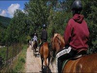 Alumnos a caballo con el guia