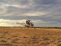 Helicoptero en pista de tierra