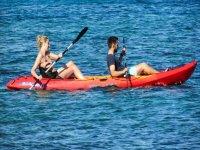 Dos personas navegando