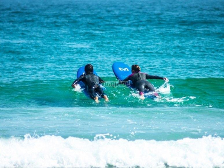 Nuoto prima di prendere le onde