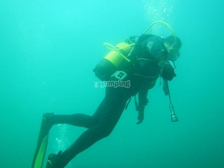 Submarinista poniendo a prueba el equipo