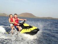 带上水上摩托车的女孩