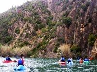 Iniciate a la práctica de kayak en grupo.
