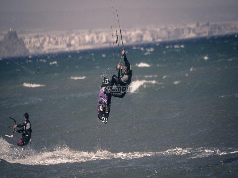 Puedes con el kitesurf