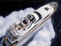 超级游艇帆船之旅海游艇帆船人们在海中晒日光浴