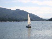 Barco navegando en el embalse