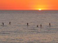 日落时划桨冲浪